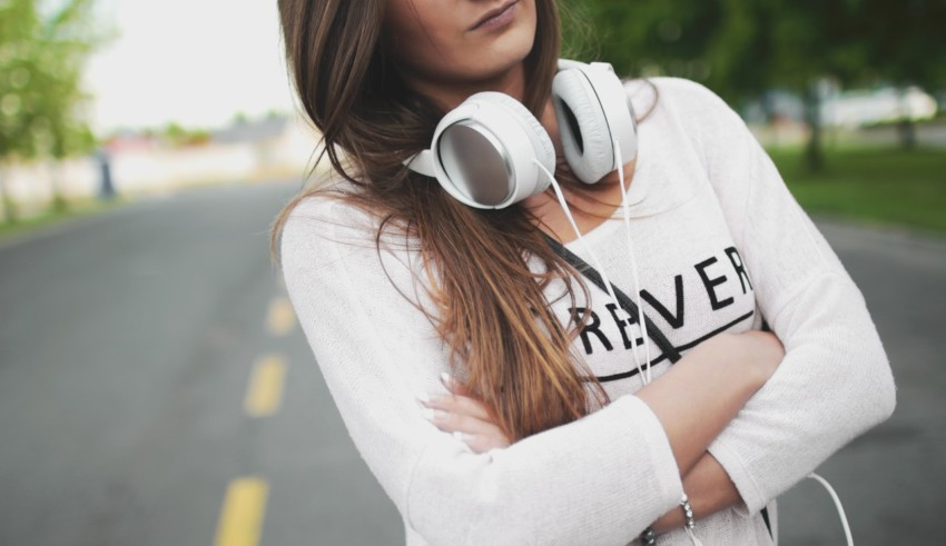 girl using white headphones